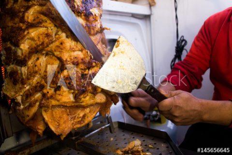 Adobe Stock(Fotolia)でケバブ肉をカットする男性の写真が売れました。