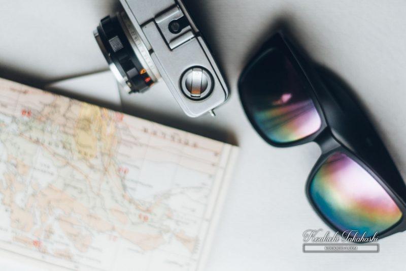 旅の準備。フィルムカメラとサングラスと地図と本
