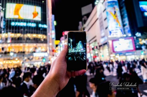 instagramer_shooting_city_stockphoto_shibuyacrossing_tokyo_japan_night