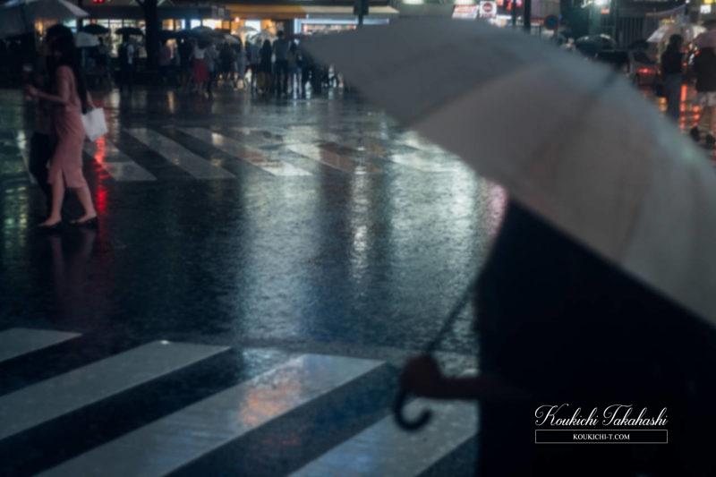 Adobe Lightroomフィルム風ヴィンテージ風レタッチ現像事例・サンプル・作例 渋谷のフォトグラファー 雨の渋谷 傘をさす女性