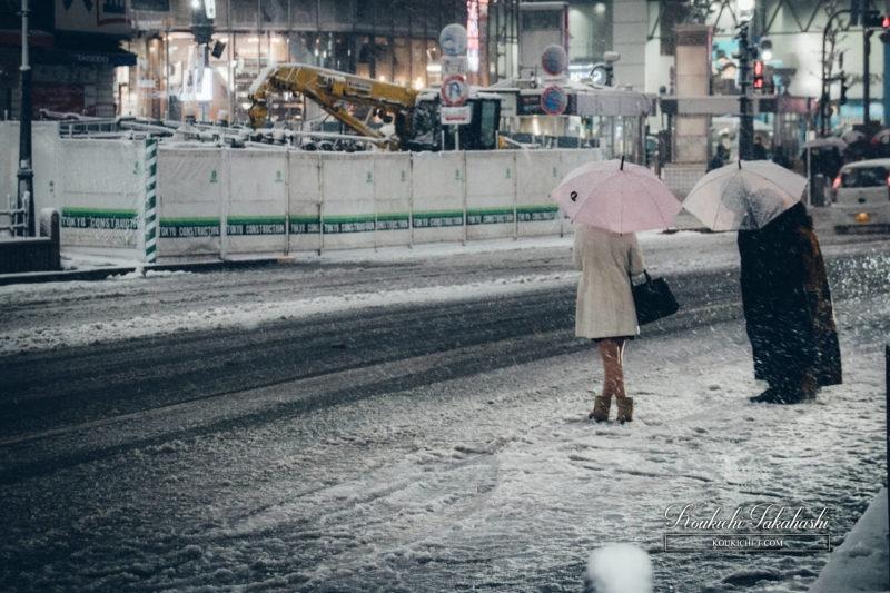 Adobe Lightroomフィルム風ヴィンテージ風レタッチ現像事例・サンプル・作例 渋谷のフォトグラファー 雪の渋谷とピンクの傘をさす女性.jpg