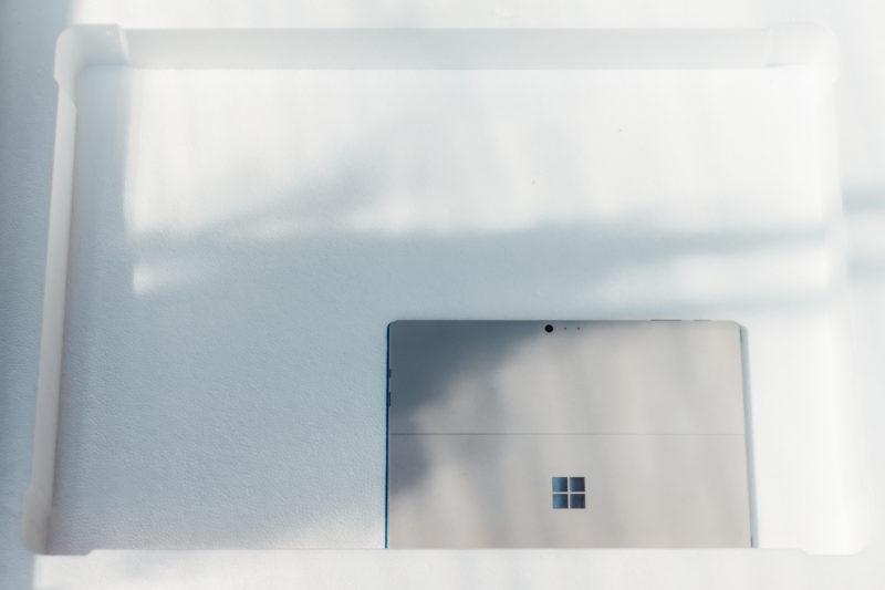 Surface 2 実機レビュー。ディスプレイの空箱に入れてSurface Pro 4とサイズ比較。。