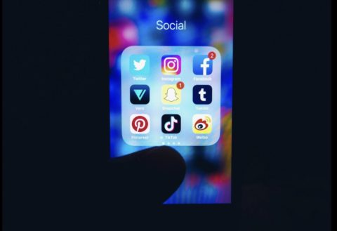 SNSアプリが並ぶスマホ画面。ソーシャルメディア、SNSマーケティング、セキュリティイメージ写真素材